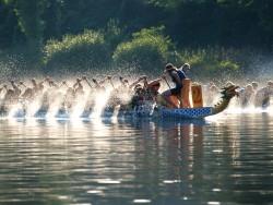Závody dračích lodí na Vltavě